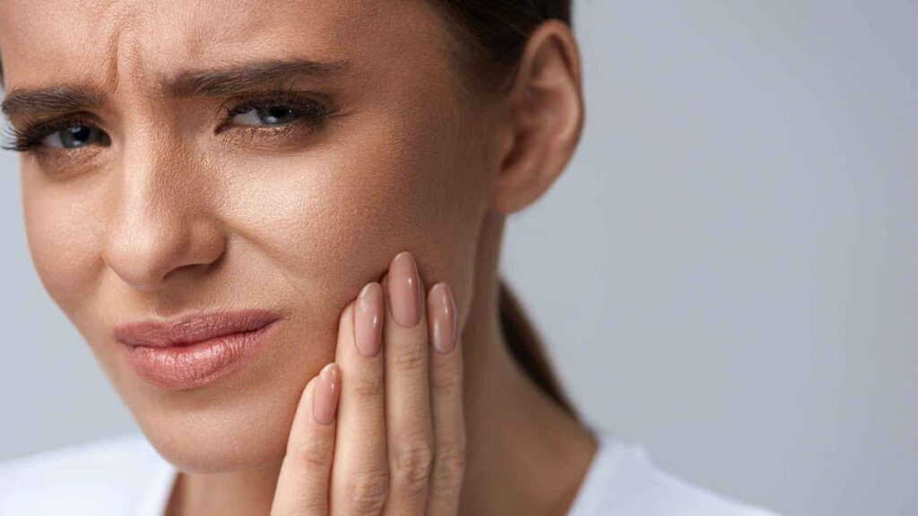 Toothache and bleeding gums can indicate calcium deficiency during pregnancy